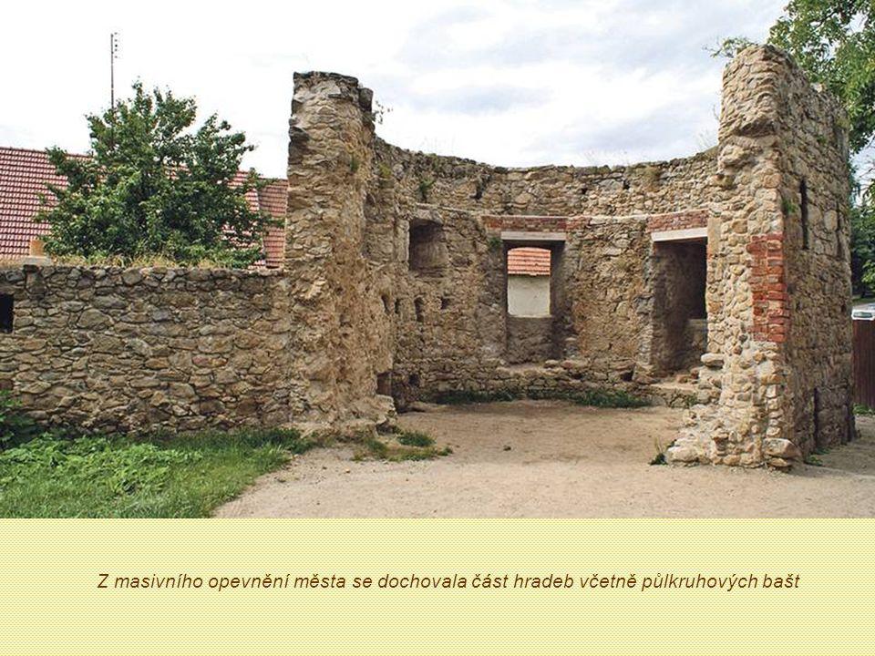Z masivního opevnění města se dochovala část hradeb včetně půlkruhových bašt