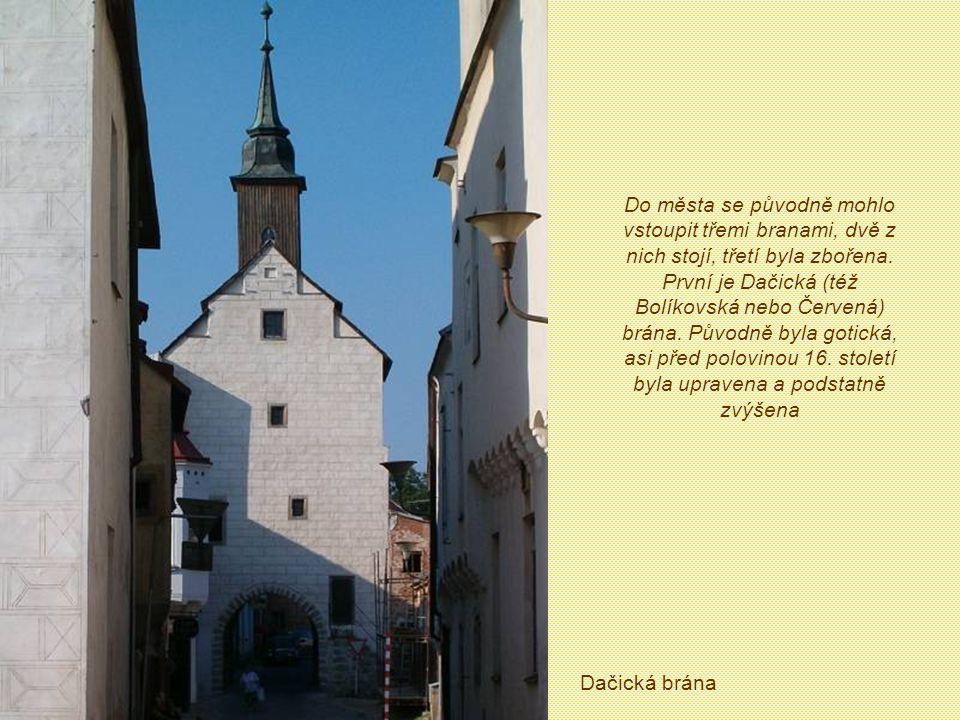 Do města se původně mohlo vstoupit třemi branami, dvě z nich stojí, třetí byla zbořena. První je Dačická (též Bolíkovská nebo Červená) brána. Původně byla gotická, asi před polovinou 16. století byla upravena a podstatně zvýšena