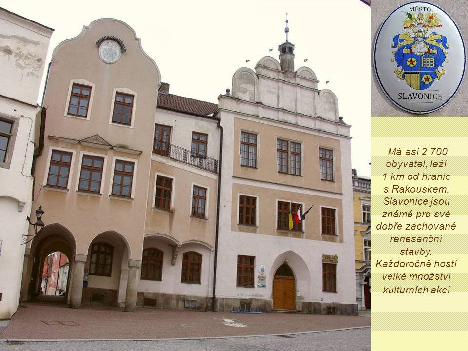 Má asi 2 700 obyvatel, leží 1 km od hranic s Rakouskem