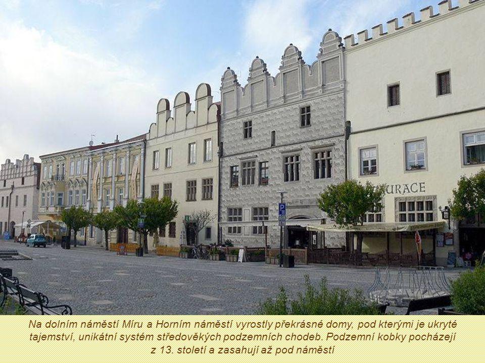 Na dolním náměstí Míru a Horním náměstí vyrostly překrásné domy, pod kterými je ukryté tajemství, unikátní systém středověkých podzemních chodeb.