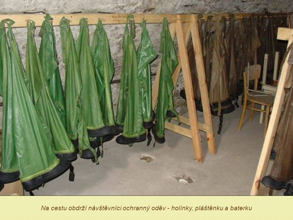 Na cestu obdrží návštěvníci ochranný oděv - holínky, pláštěnku a baterku