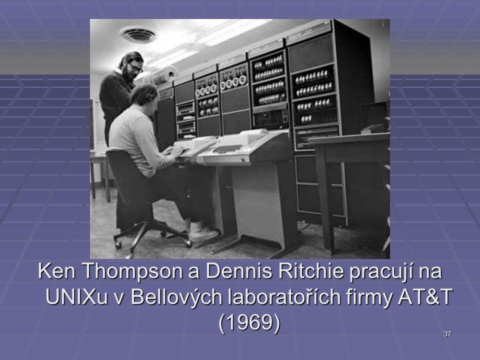 Ken Thompson a Dennis Ritchie pracují na UNIXu v Bellových laboratořích firmy AT&T (1969)
