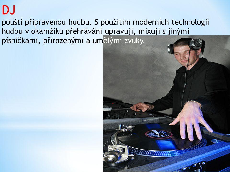 DJ pouští připravenou hudbu
