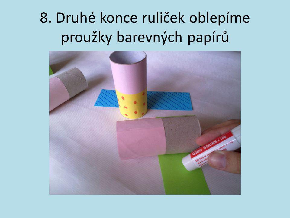 8. Druhé konce ruliček oblepíme proužky barevných papírů