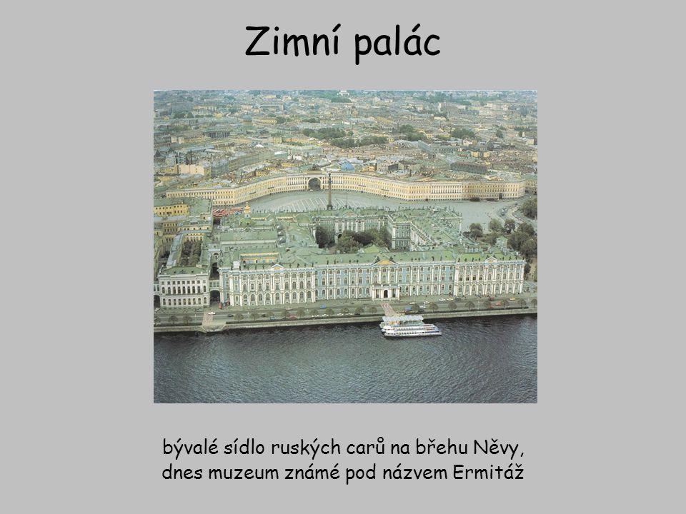 Zimní palác bývalé sídlo ruských carů na břehu Něvy,
