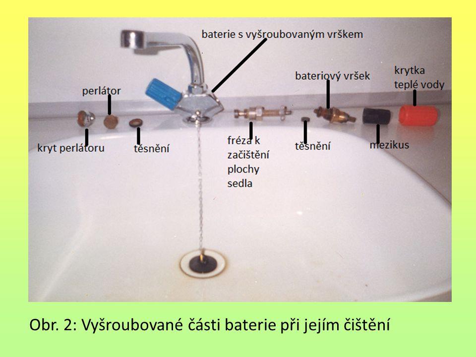 Obr. 2: Vyšroubované části baterie při jejím čištění