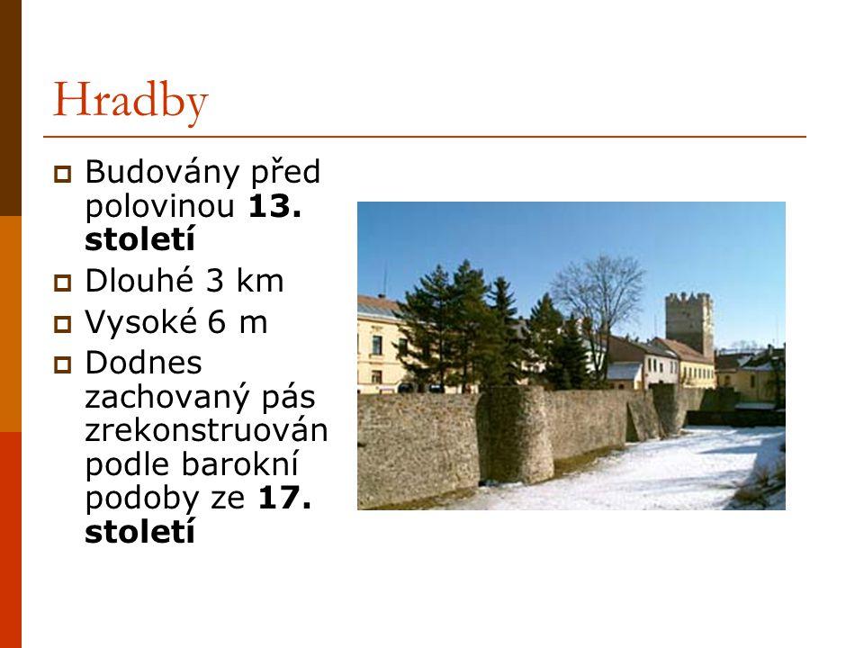 Hradby Budovány před polovinou 13. století Dlouhé 3 km Vysoké 6 m