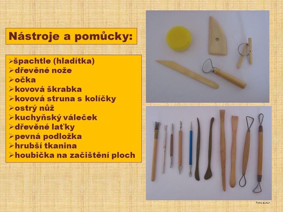 Nástroje a pomůcky: dřevěné nože očka kovová škrabka