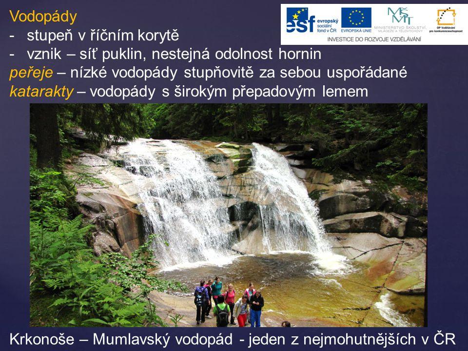 Vodopády stupeň v říčním korytě. vznik – síť puklin, nestejná odolnost hornin. peřeje – nízké vodopády stupňovitě za sebou uspořádané.