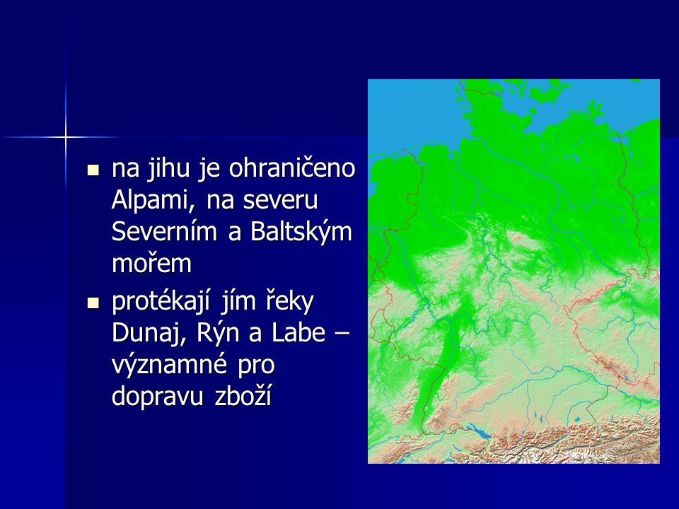 na jihu je ohraničeno Alpami, na severu Severním a Baltským mořem
