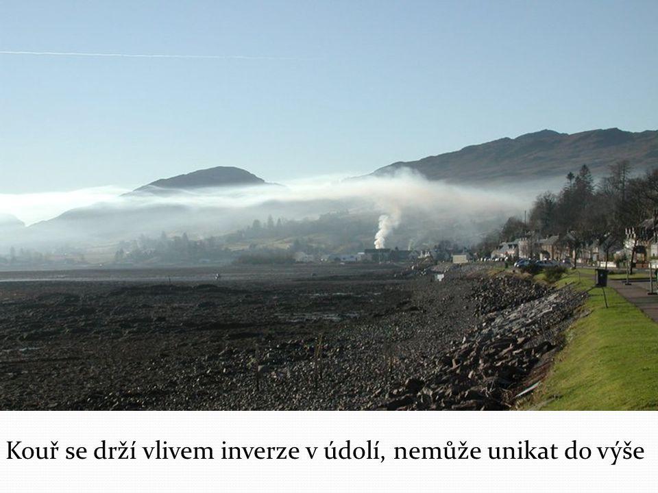 Kouř se drží vlivem inverze v údolí, nemůže unikat do výše