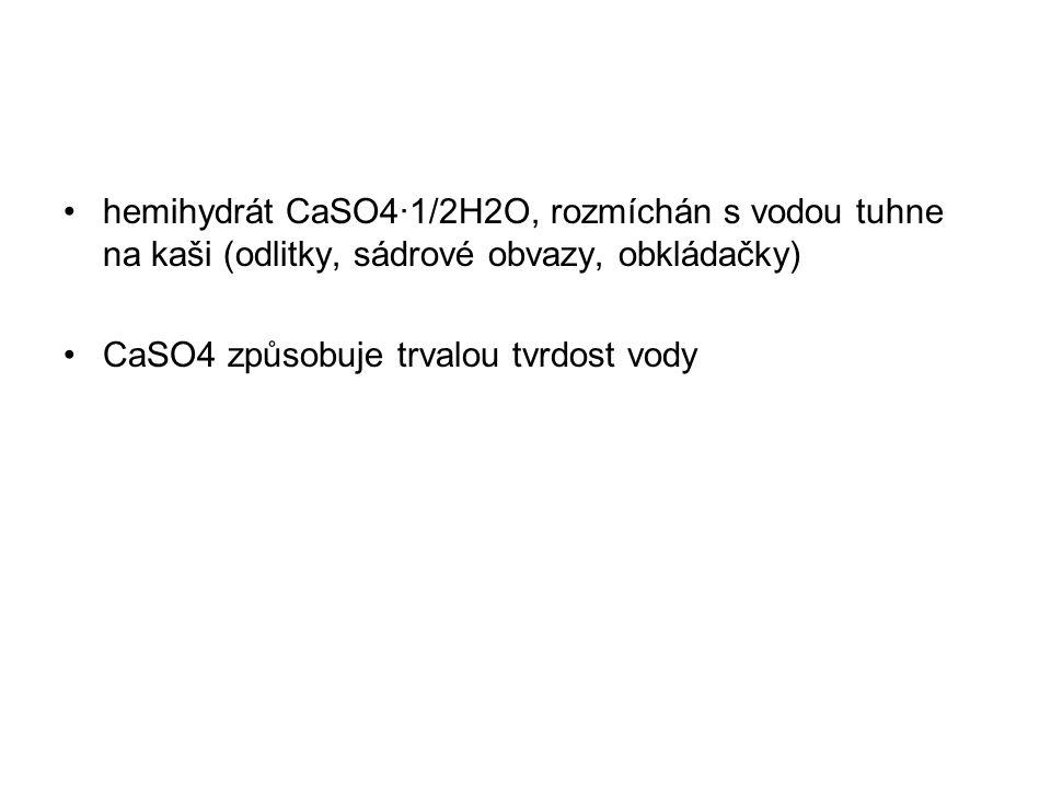 hemihydrát CaSO4·1/2H2O, rozmíchán s vodou tuhne na kaši (odlitky, sádrové obvazy, obkládačky)