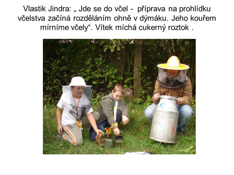 """Vlastik Jindra: """" Jde se do včel - příprava na prohlídku včelstva začíná rozděláním ohně v dýmáku."""
