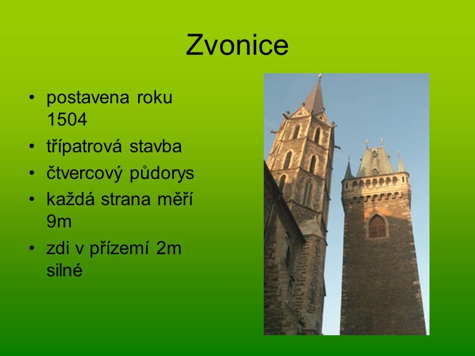 Zvonice postavena roku 1504 třípatrová stavba čtvercový půdorys