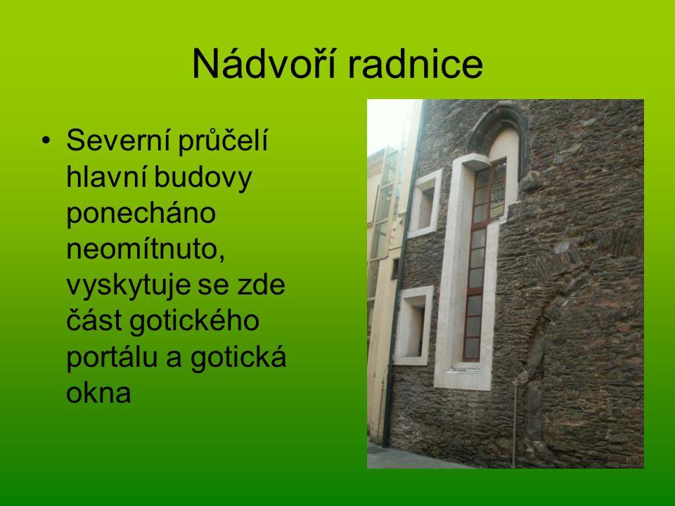 Nádvoří radnice Severní průčelí hlavní budovy ponecháno neomítnuto, vyskytuje se zde část gotického portálu a gotická okna.