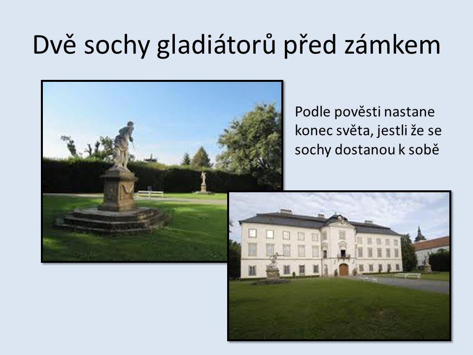 Dvě sochy gladiátorů před zámkem