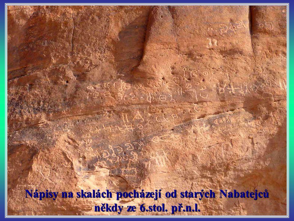 Nápisy na skalách pocházejí od starých Nabatejců někdy ze 6. stol. př