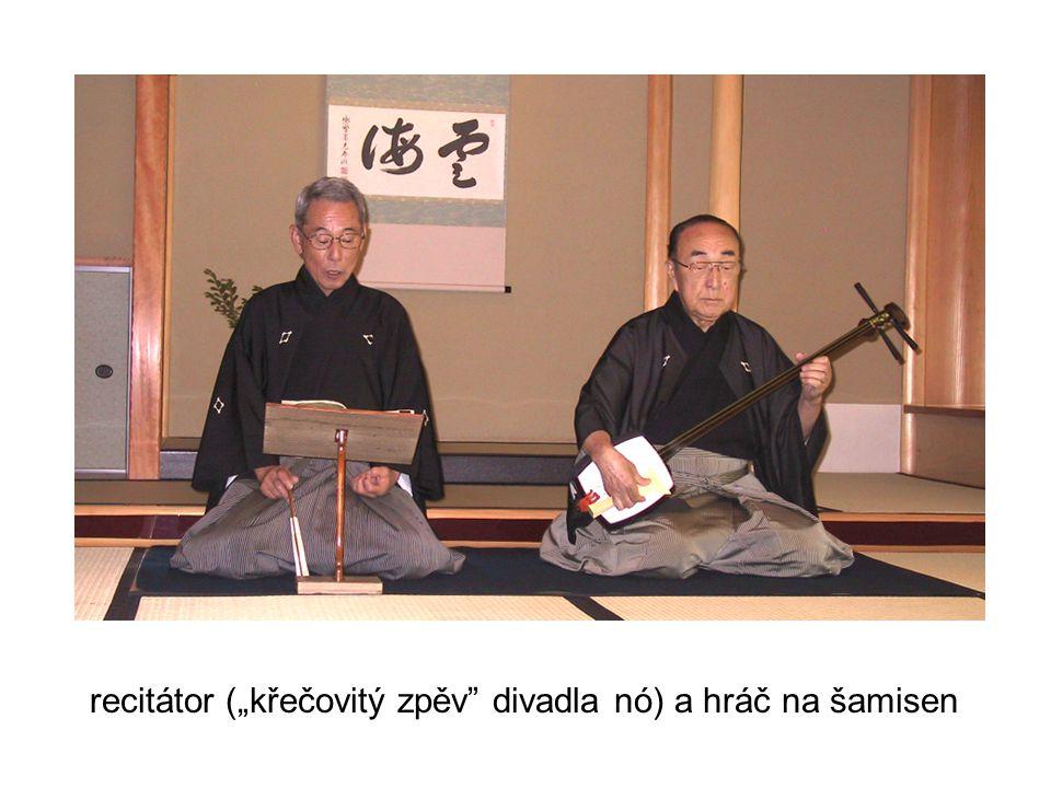 """recitátor (""""křečovitý zpěv divadla nó) a hráč na šamisen"""