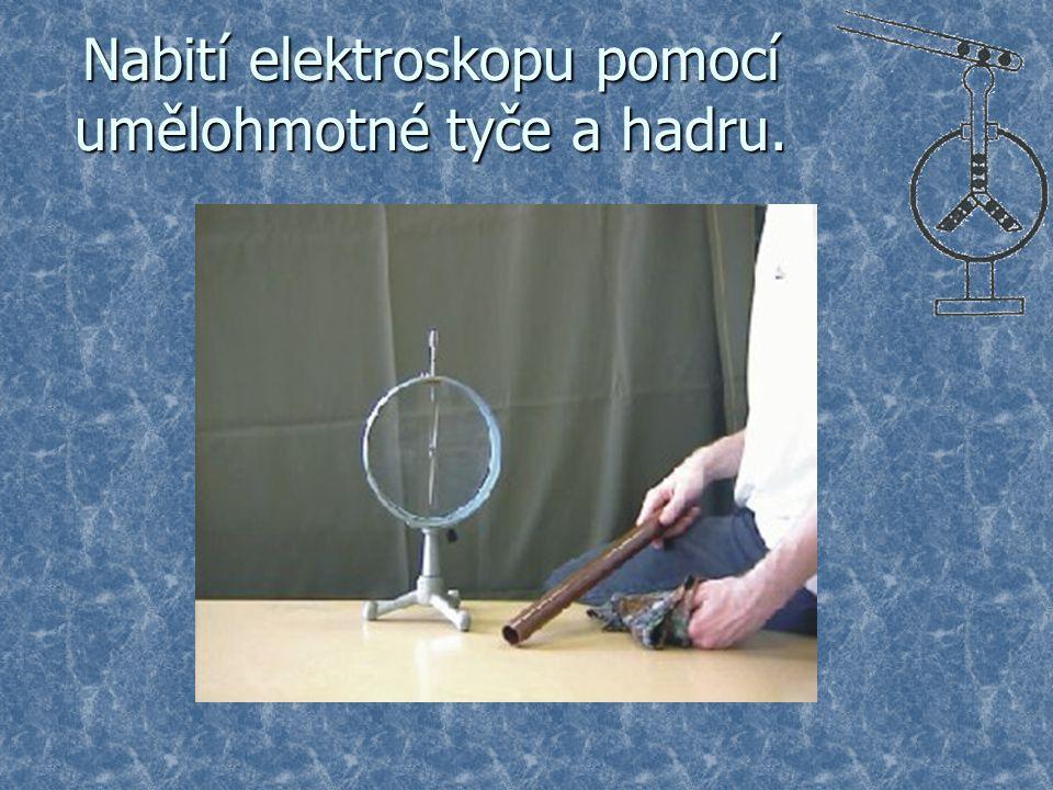 Nabití elektroskopu pomocí umělohmotné tyče a hadru.