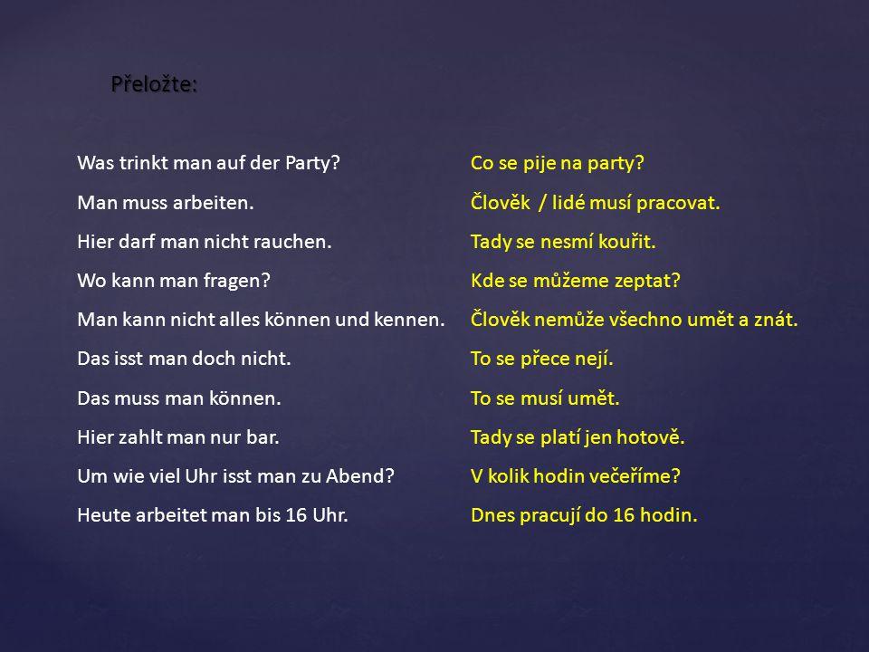 Přeložte: Was trinkt man auf der Party Man muss arbeiten.