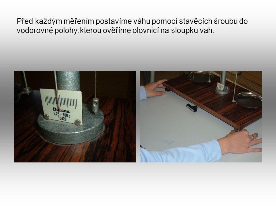Před každým měřením postavíme váhu pomocí stavěcích šroubů do vodorovné polohy,kterou ověříme olovnicí na sloupku vah.