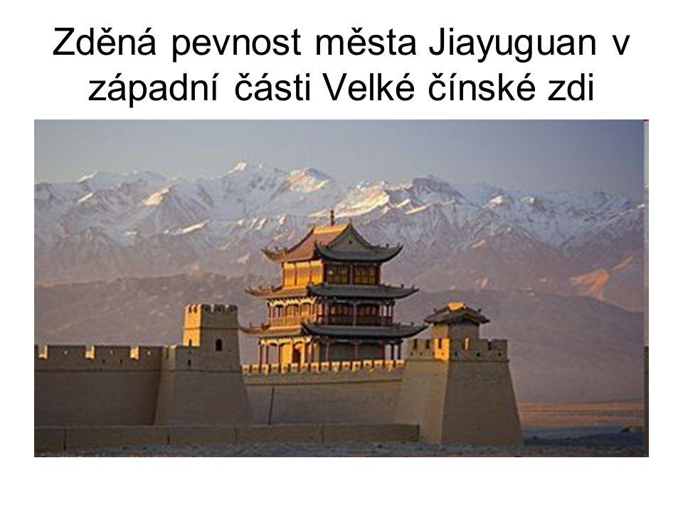 Zděná pevnost města Jiayuguan v západní části Velké čínské zdi
