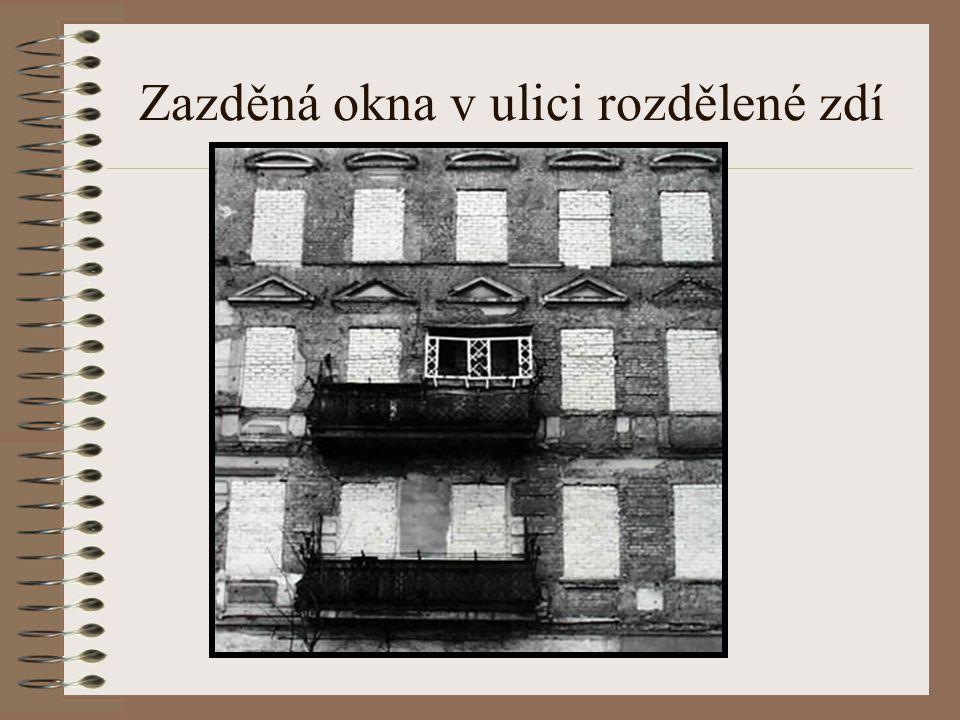 Zazděná okna v ulici rozdělené zdí