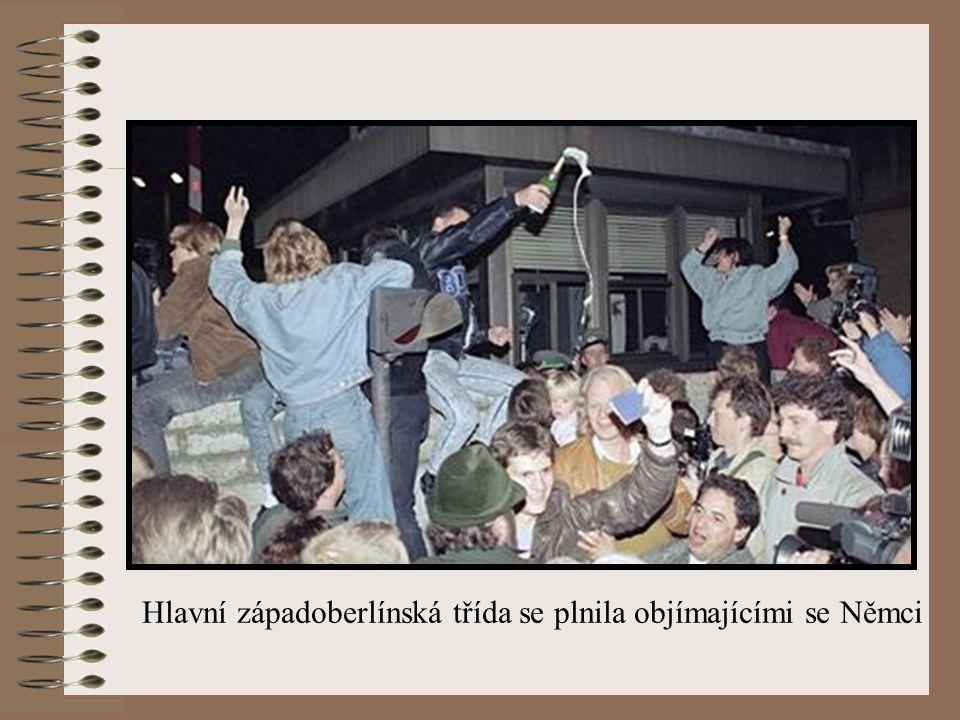 Hlavní západoberlínská třída se plnila objímajícími se Němci