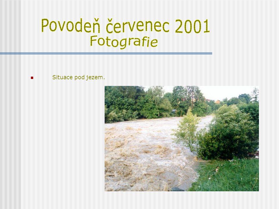 Povodeň červenec 2001 Fotografie Situace pod jezem.