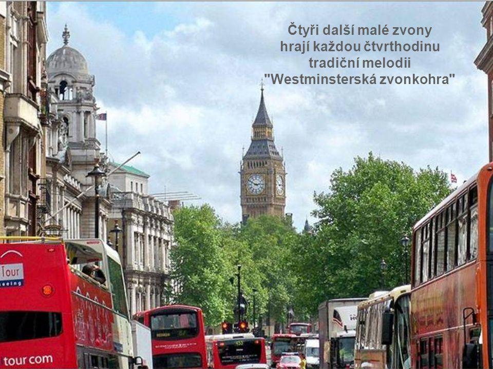 hrají každou čtvrthodinu tradiční melodii Westminsterská zvonkohra