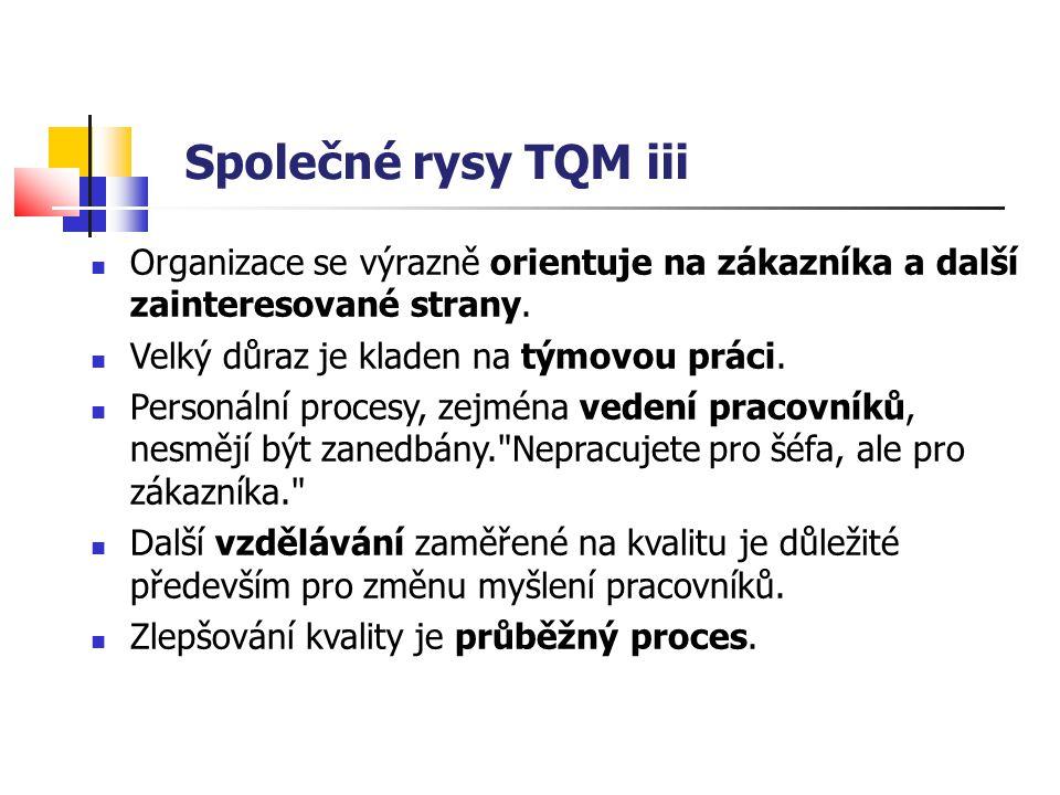 Společné rysy TQM iii Organizace se výrazně orientuje na zákazníka a další zainteresované strany. Velký důraz je kladen na týmovou práci.