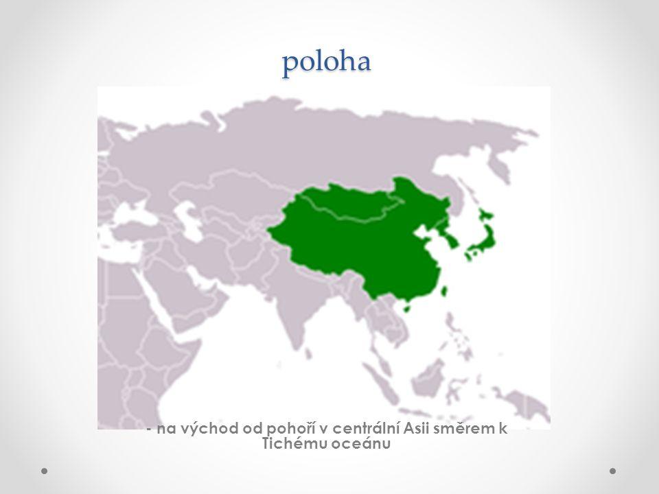 - na východ od pohoří v centrální Asii směrem k Tichému oceánu