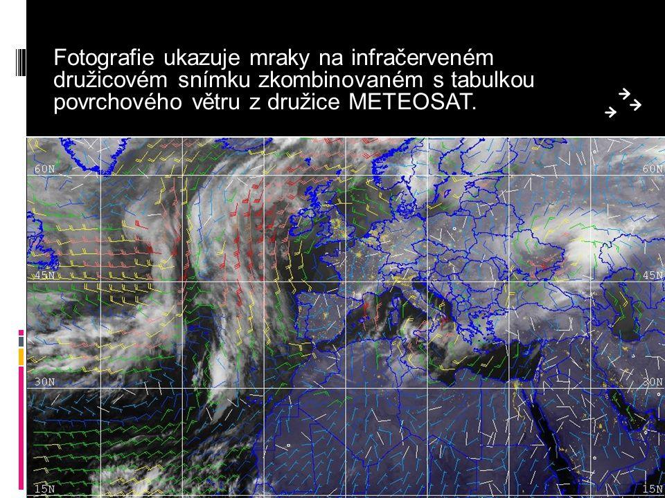 Fotografie ukazuje mraky na infračerveném družicovém snímku zkombinovaném s tabulkou povrchového větru z družice METEOSAT.