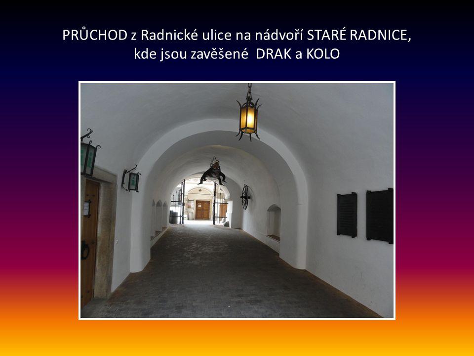 PRŮCHOD z Radnické ulice na nádvoří STARÉ RADNICE, kde jsou zavěšené DRAK a KOLO