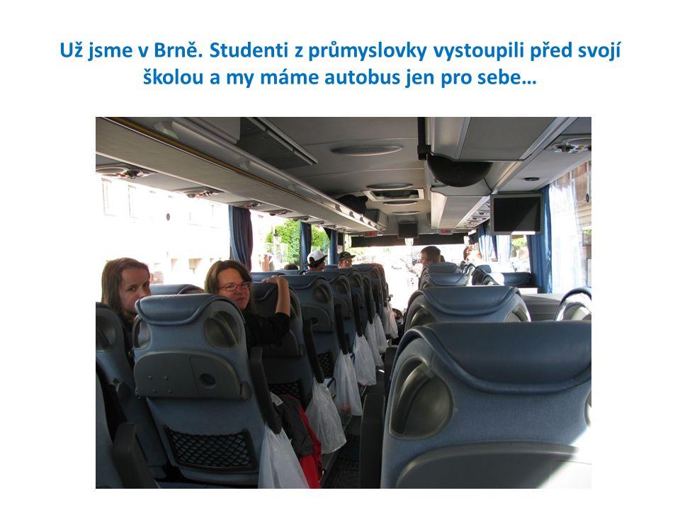 Už jsme v Brně. Studenti z průmyslovky vystoupili před svojí školou a my máme autobus jen pro sebe…