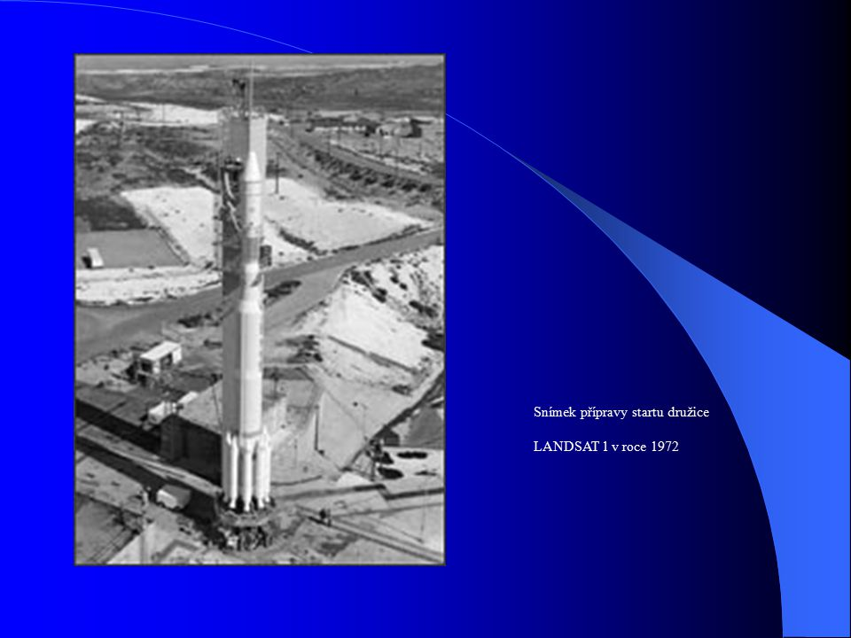 Snímek přípravy startu družice