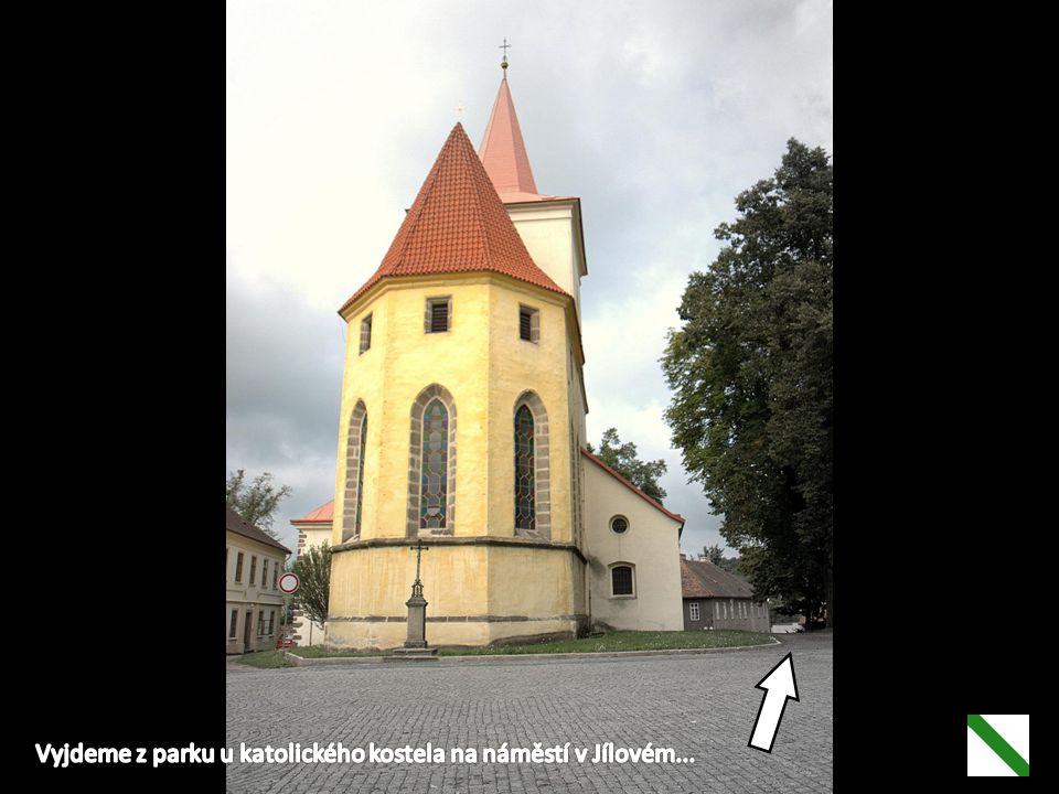 Vyjdeme z parku u katolického kostela na náměstí v Jílovém...