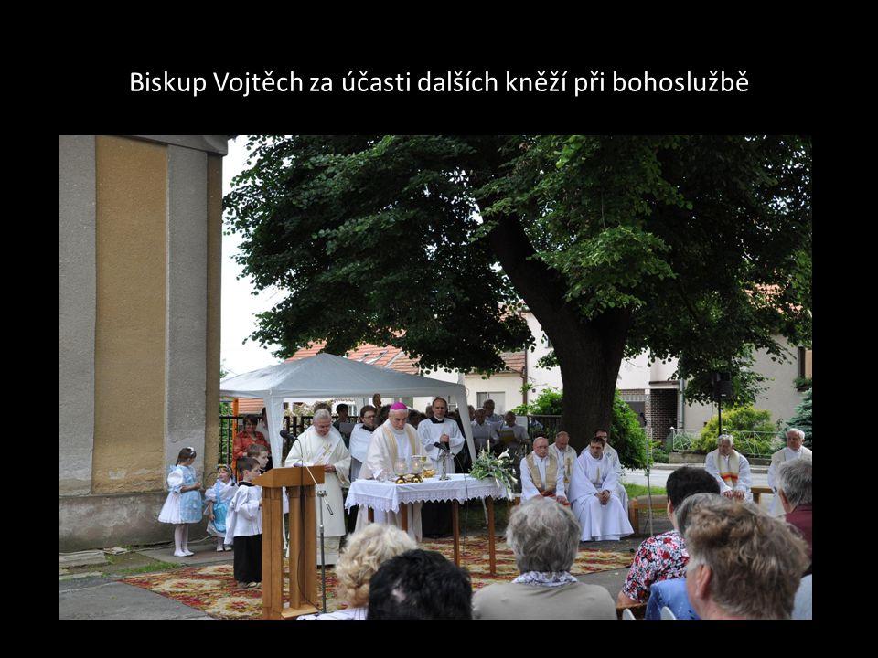 Biskup Vojtěch za účasti dalších kněží při bohoslužbě