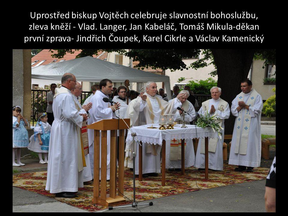 Uprostřed biskup Vojtěch celebruje slavnostní bohoslužbu, zleva kněží - Vlad.