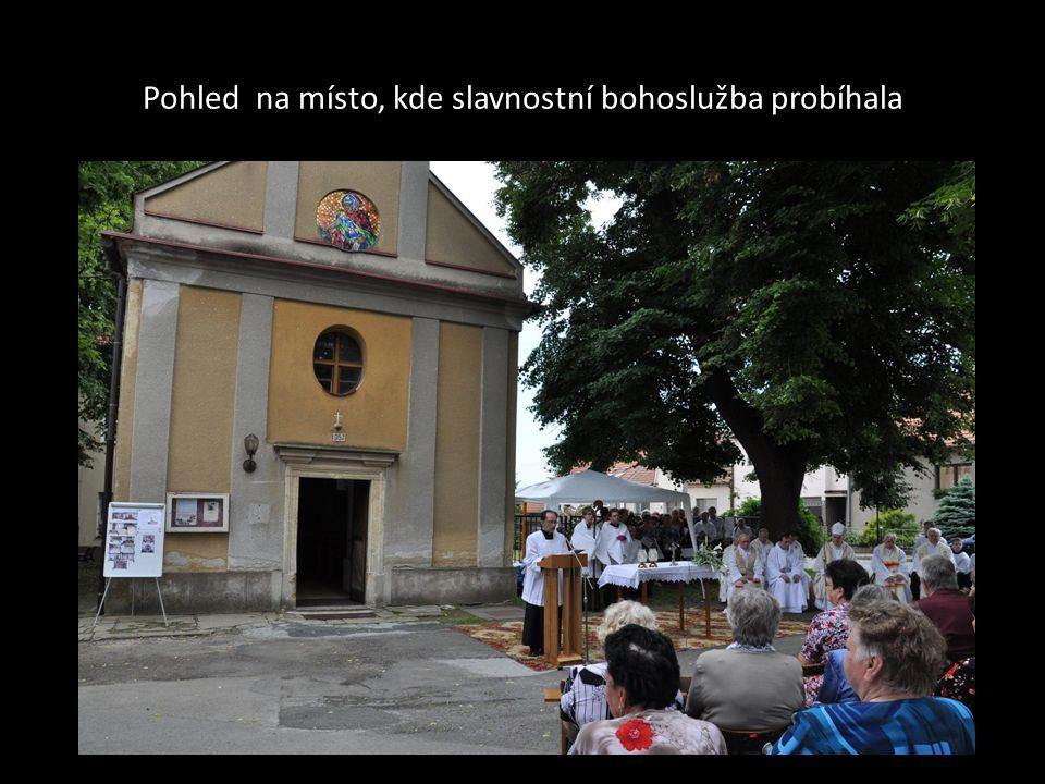 Pohled na místo, kde slavnostní bohoslužba probíhala