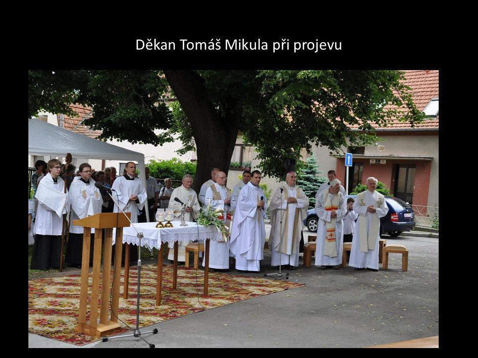 Děkan Tomáš Mikula při projevu