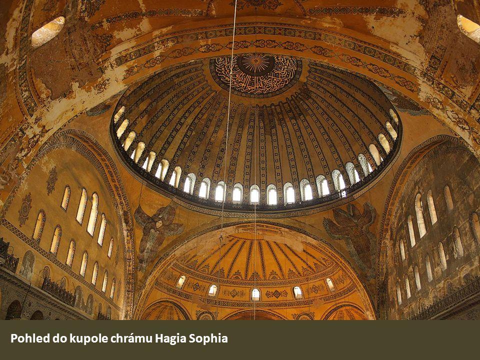 Pohled do kupole chrámu Hagia Sophia
