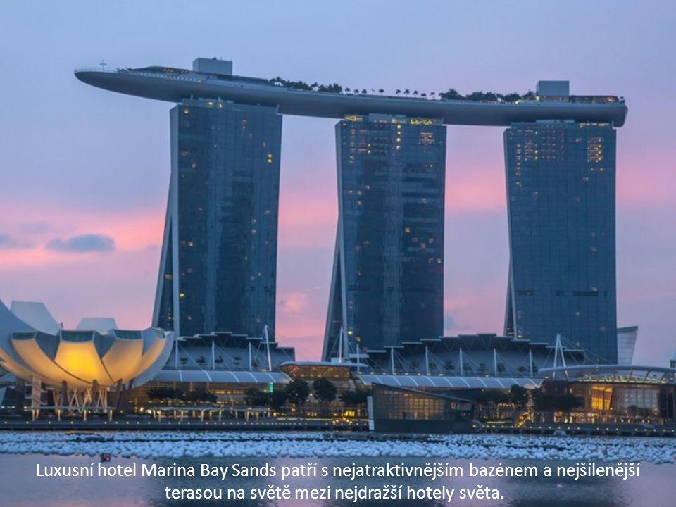 Luxusní hotel Marina Bay Sands patří s nejatraktivnějším bazénem a nejšílenější terasou na světě mezi nejdražší hotely světa.