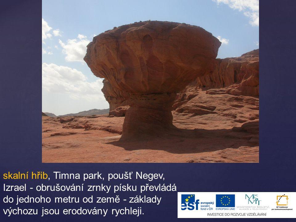 skalní hřib, Timna park, poušť Negev, Izrael - obrušování zrnky písku převládá do jednoho metru od země - základy výchozu jsou erodovány rychleji.