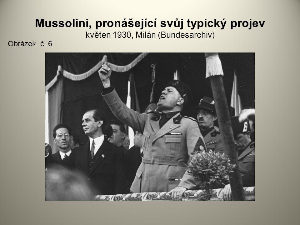 Mussolini, pronášející svůj typický projev květen 1930, Milán (Bundesarchiv)