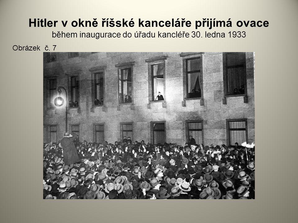 Hitler v okně říšské kanceláře přijímá ovace během inaugurace do úřadu kancléře 30. ledna 1933