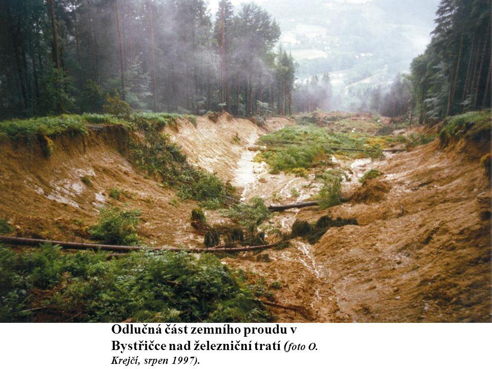 Odlučná část zemního proudu v Bystřičce nad železniční tratí (foto O
