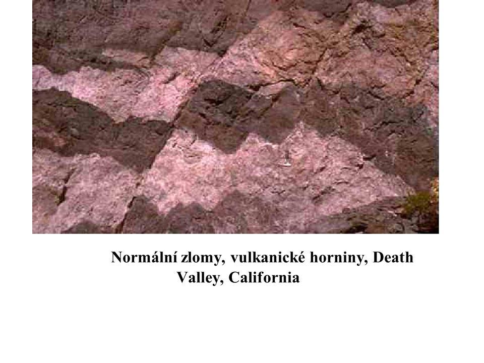 Normální zlomy, vulkanické horniny, Death Valley, California