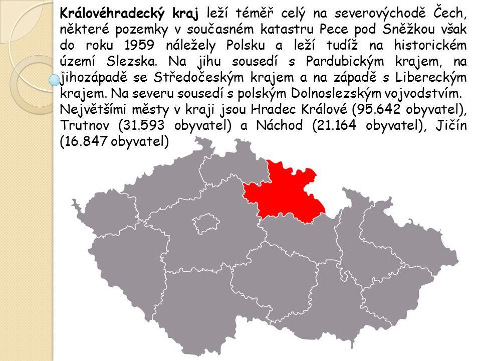 Královéhradecký kraj leží téměř celý na severovýchodě Čech, některé pozemky v současném katastru Pece pod Sněžkou však do roku 1959 náležely Polsku a leží tudíž na historickém území Slezska. Na jihu sousedí s Pardubickým krajem, na jihozápadě se Středočeským krajem a na západě s Libereckým krajem. Na severu sousedí s polským Dolnoslezským vojvodstvím.