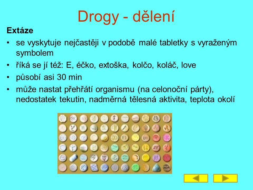 Drogy - dělení Extáze. se vyskytuje nejčastěji v podobě malé tabletky s vyraženým symbolem. říká se jí též: E, éčko, extoška, kolčo, koláč, love.